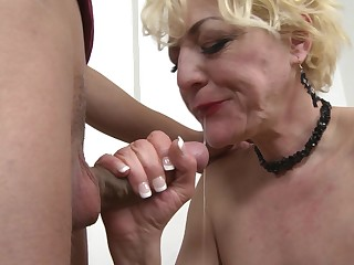 Grown-up busty amateur blonde granny Alisah takes cum with respect to her indiscretion