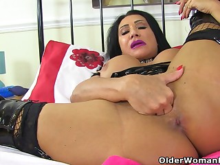 British milf Nicole DuPapillon wants to port side her cunny